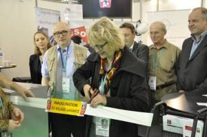 Aline Archimbaud coupe le cordon officiel pour inaugurer l'étape Pollutec de la tournée 2013 du Village amiante